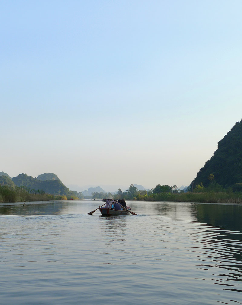 the i-escape blog / Great journeys: Vietnam by train / Boat trip to perfume pagoda