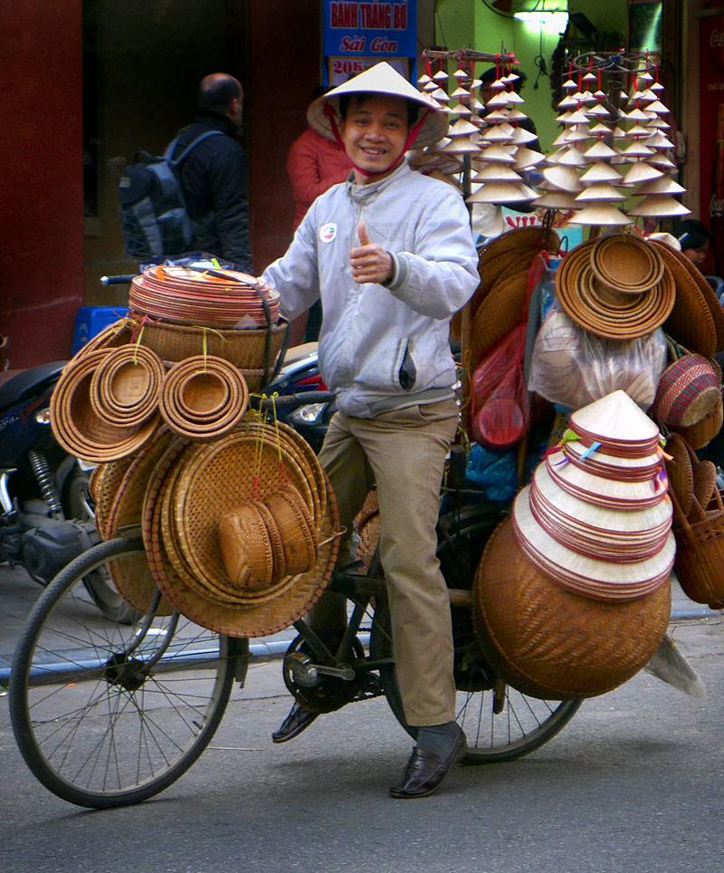 the i-escape blog / Great journeys: vietnam by train / Hanoi hatseller