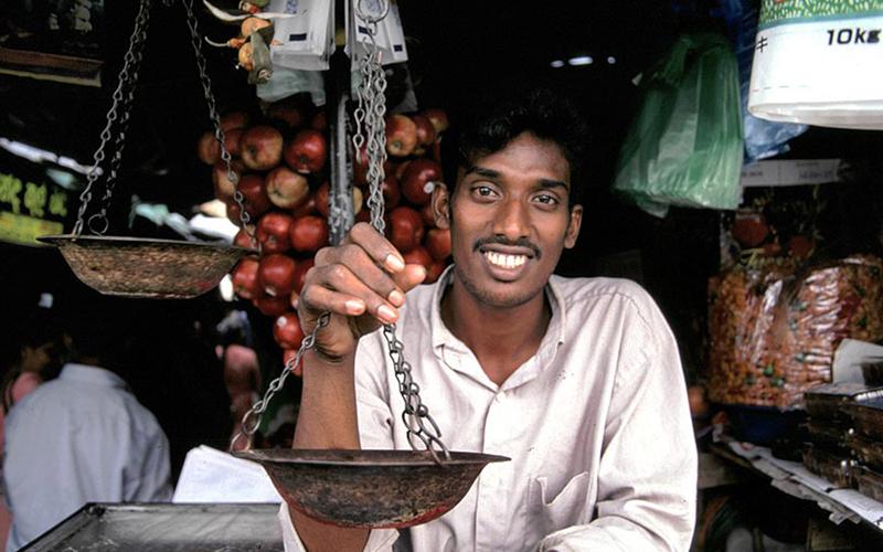 The i-escape blog / Discover Sri Lanka: the perfect island for a winter escape / Sri Lanka shopkeeper