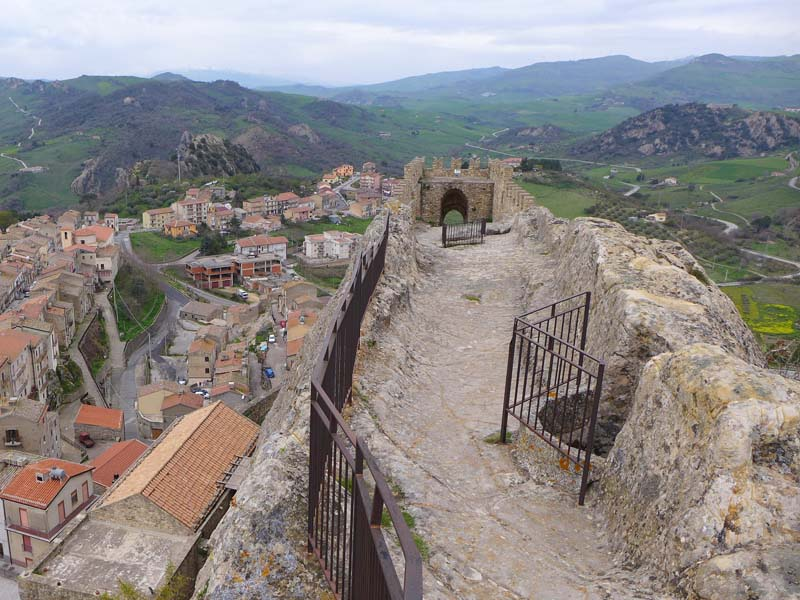 The i-escape blog / Secret Sicily: 7 beautiful places to visit / Sperlinga Castle