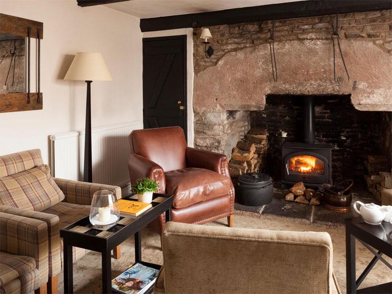 The i-escape blog / The 6 best places to see Britain's autumn colours / Tudor Farmhouse