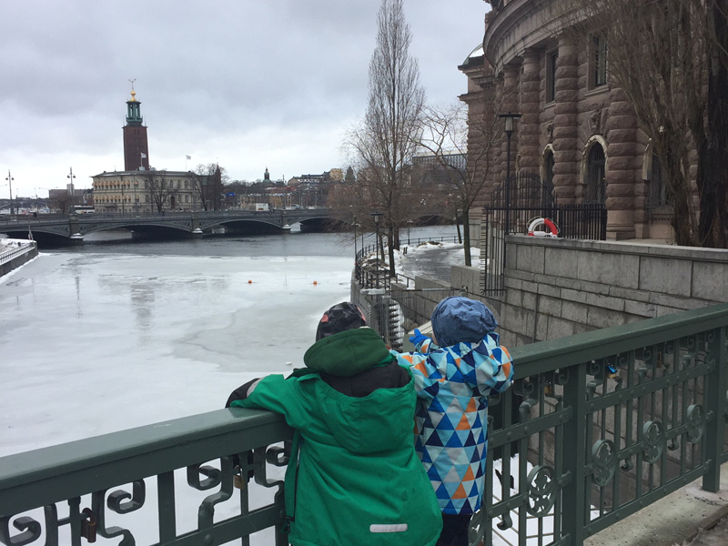 The i-escape blog / Winter city guide: Stockholm with kids / Children looking at frozen lake in Stockholm, Sweden