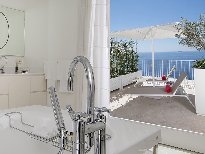 i-escape blog / Luxury hotel bathtubs with spectacular views / Casa Angelina Italy