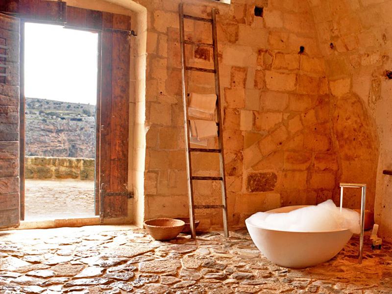 i-escape blog / Luxury hotel bathtubs with spectacular views / Le Grotte della Civita Italy