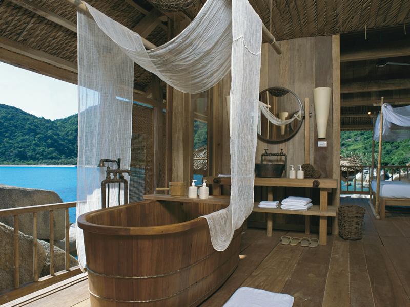 i-escape blog / Luxury hotel bathtubs with spectacular views / Six Senses Ninh Van Bay Vietnam