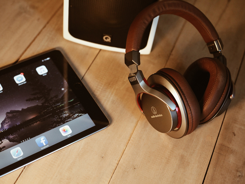 The i-escape blog / What to pack / Photo of iPad and headphones